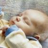 Ребенок 6 месяцев мотает головой. Стоит ли паниковать?