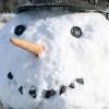 Как слепить снеговика во дворе дома.