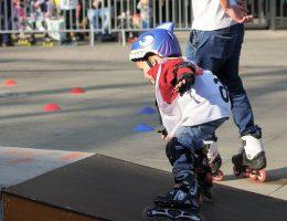 Научить ребенка кататься на роликах